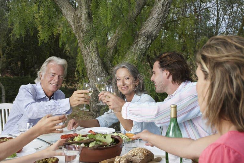 Par som rostar på den trädgårds- tabellen royaltyfri bild
