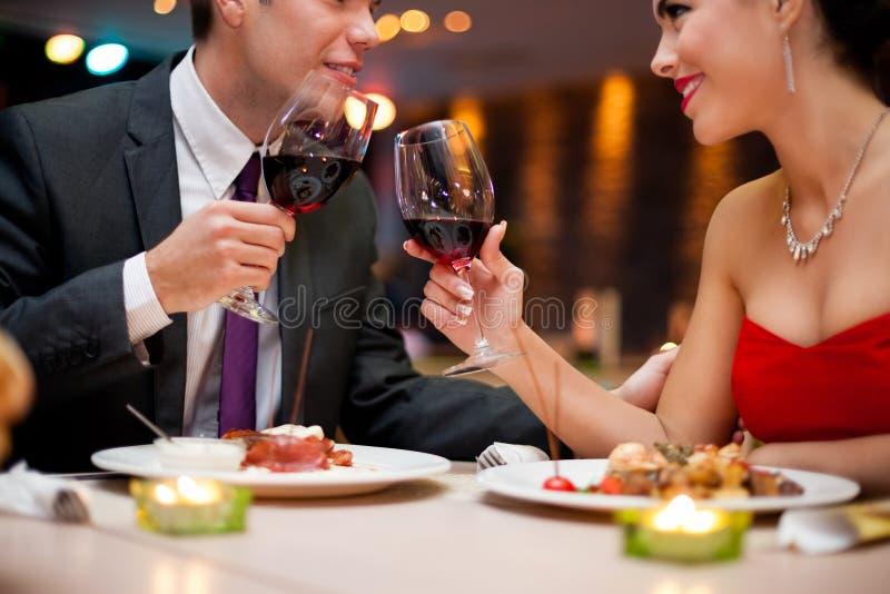 Par som rostar vinexponeringsglas arkivfoton