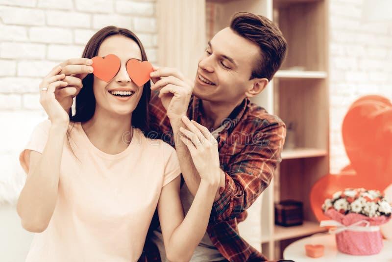 Par som rymmer röd hjärtaorigami valentin för dag s fotografering för bildbyråer
