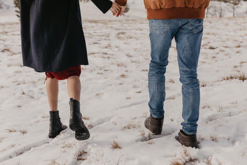 Par som rymmer vid händer, vintertid royaltyfri foto