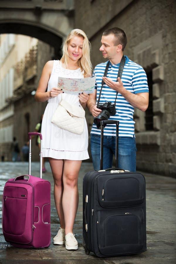 Par som söker riktning genom att använda översikten arkivbilder