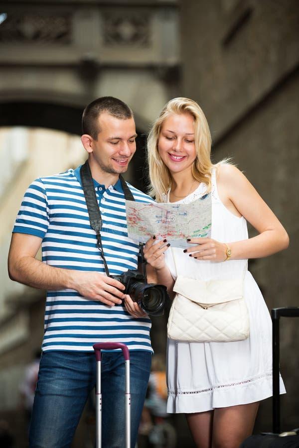 Par som söker riktning genom att använda översikten arkivfoton