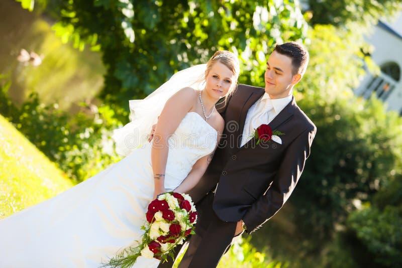 par som ser bara att gifta sig arkivfoton