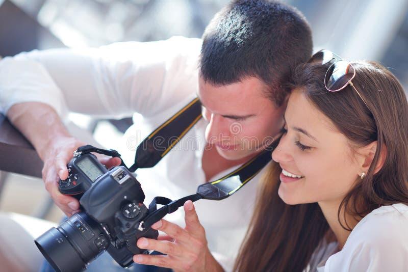 Par som ser foto på kamera royaltyfri fotografi
