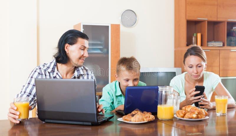 Par som ser mejl i bärbara datorer under frukosten arkivfoton