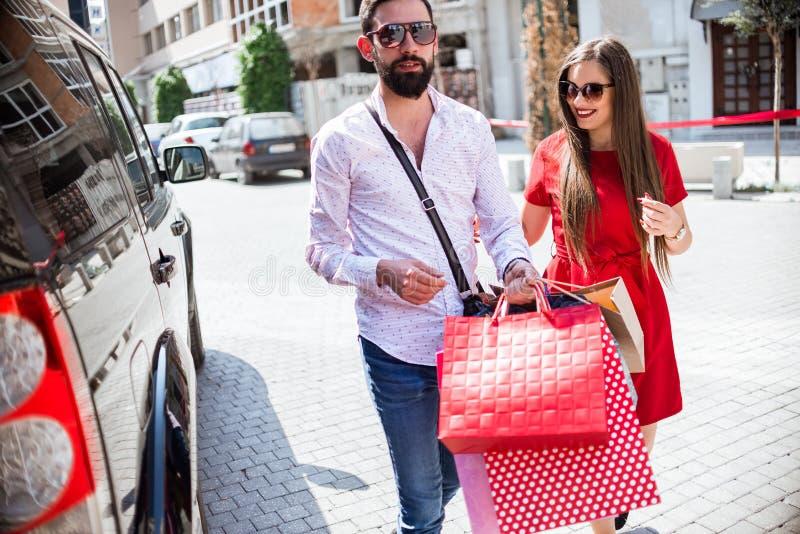 Par som shoppar tillsammans royaltyfri bild