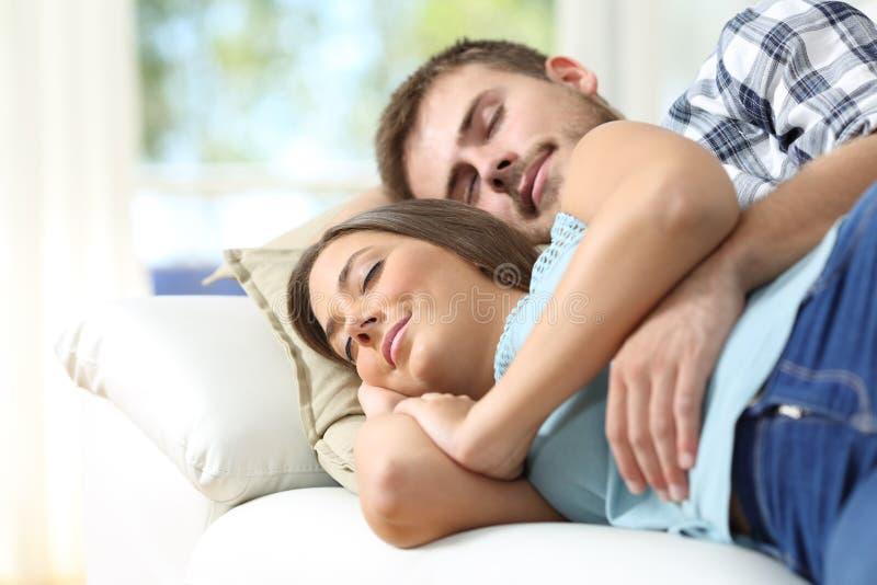 Par som sover i en bekväm soffa arkivfoton