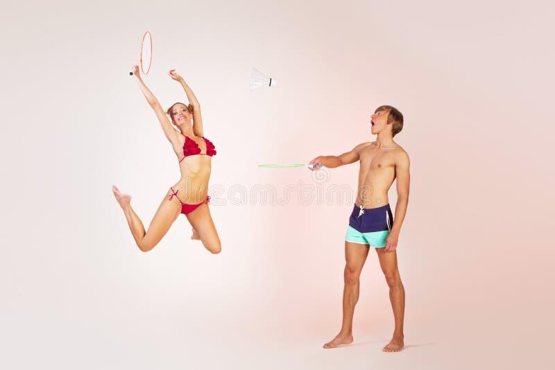 Par som spelar badminton arkivbild