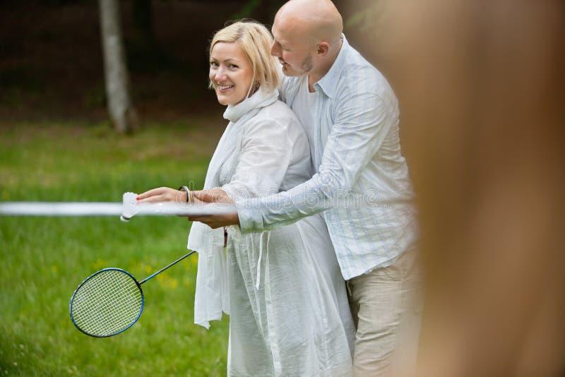 Par som spelar badminton tillsammans fotografering för bildbyråer