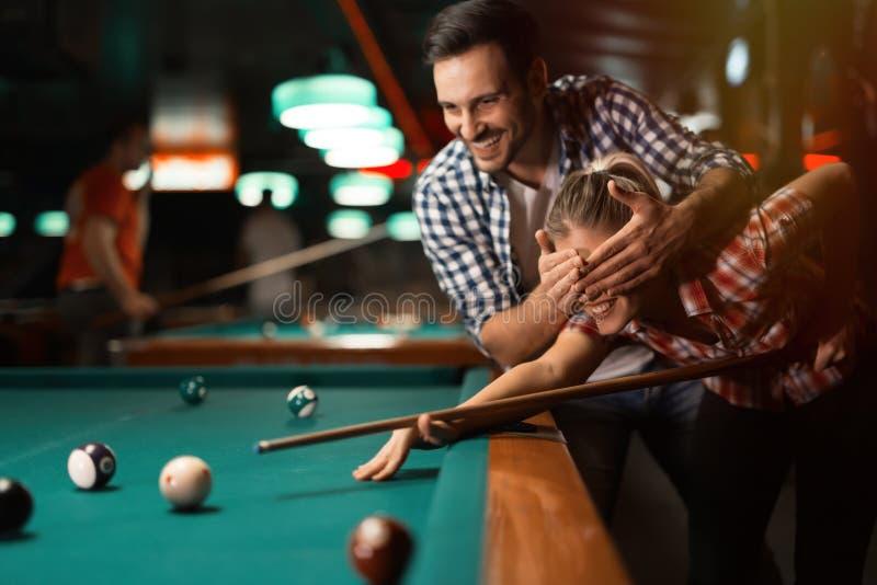 Par som spelar biljard tillsammans royaltyfria foton