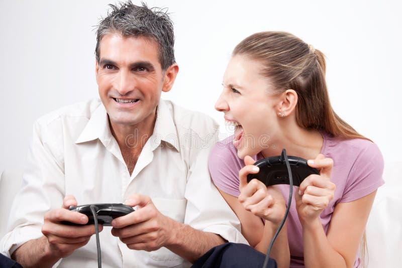 Par som spelar dataspelar royaltyfria foton