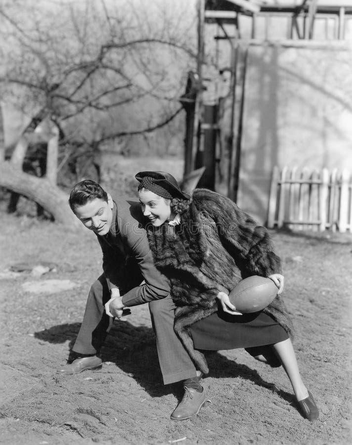 Par som spelar fotboll med de (alla visade personer inte är längre uppehälle, och inget gods finns Leverantörgarantitha royaltyfria bilder
