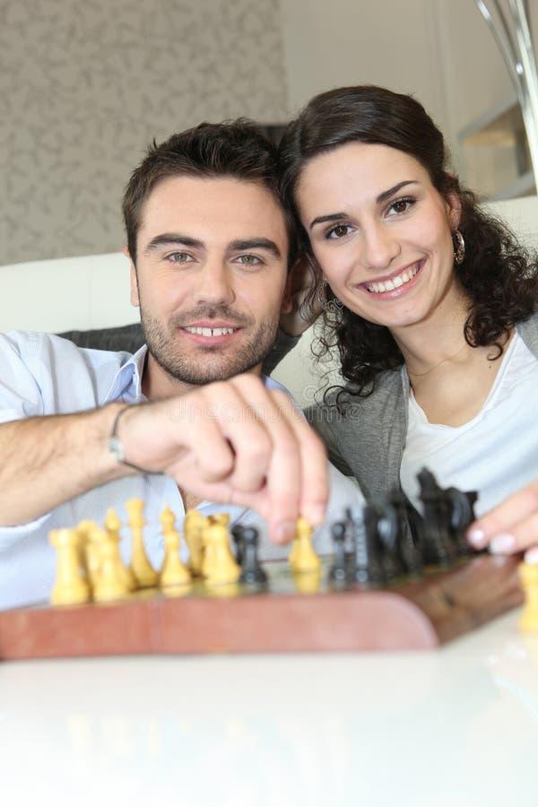 Par som spelar schack arkivfoto