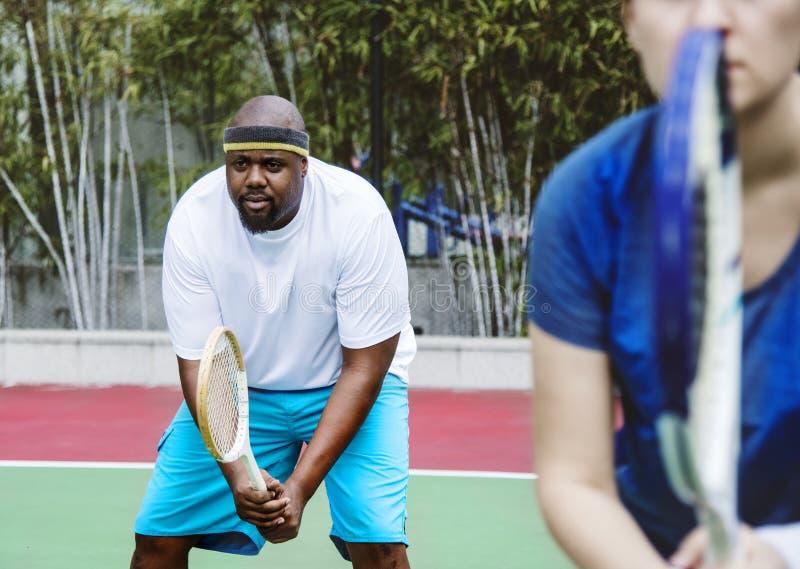 Par som spelar tennis som ett lag royaltyfria bilder