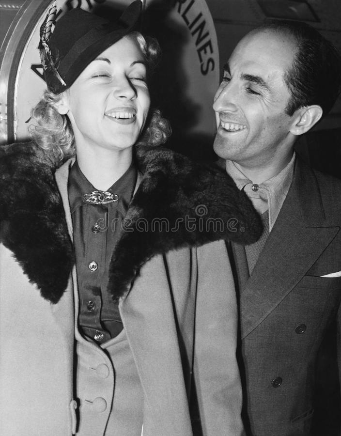 Par som står ha tillsammans roligt och att skratta (alla visade personer inte är längre uppehälle, och inget gods finns Leverantö royaltyfri fotografi