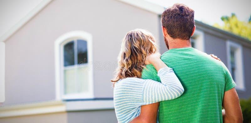 Par som står mot hus royaltyfri fotografi