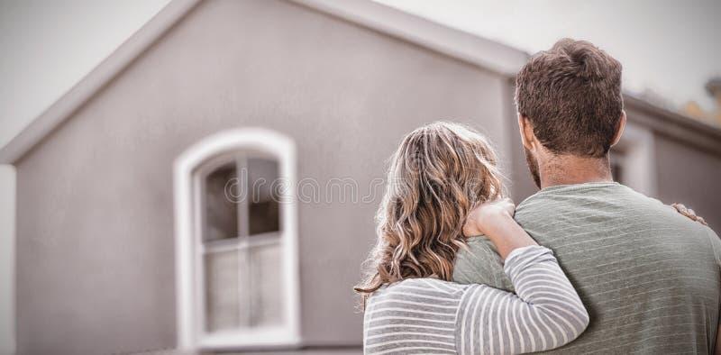 Par som står mot hus arkivbild
