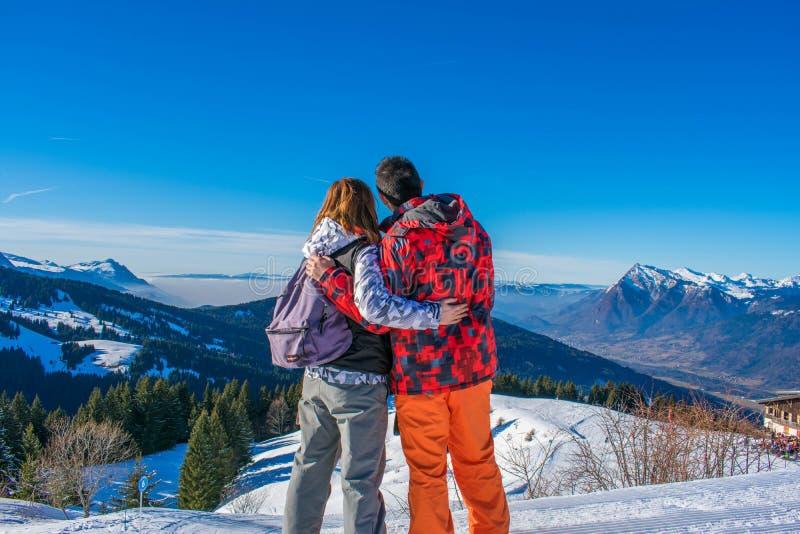 Par som stirrar på bergen royaltyfri fotografi