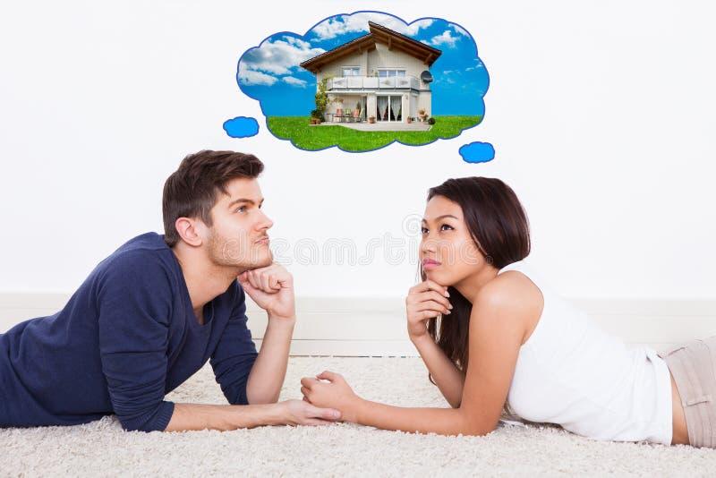 Par som tänker av dröm- hus arkivfoton