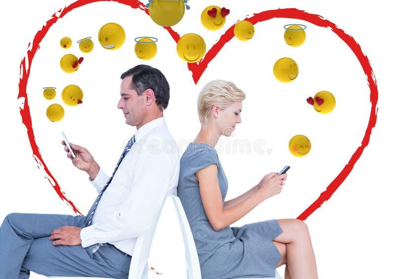Par som talar med mobilen och känslaförälskelsen Emoji royaltyfri illustrationer