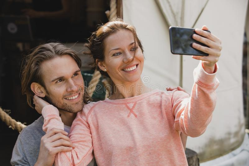 Par som tar en selfie fotografering för bildbyråer