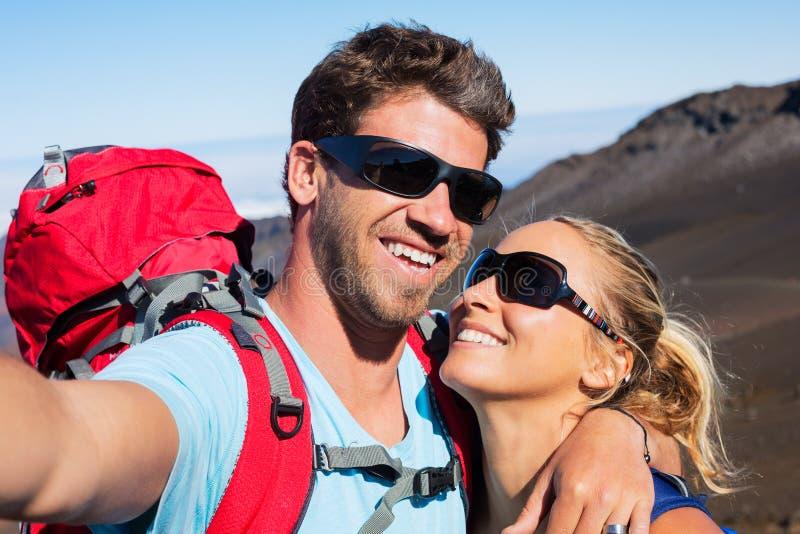 Par som tar ett foto av dem med telefonen royaltyfria foton