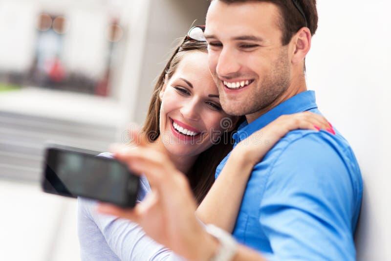 Par som tar fotoet av dem arkivfoto