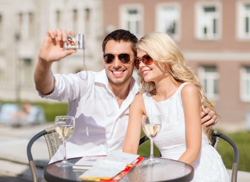 Par som tar fotoet i kafé royaltyfri foto