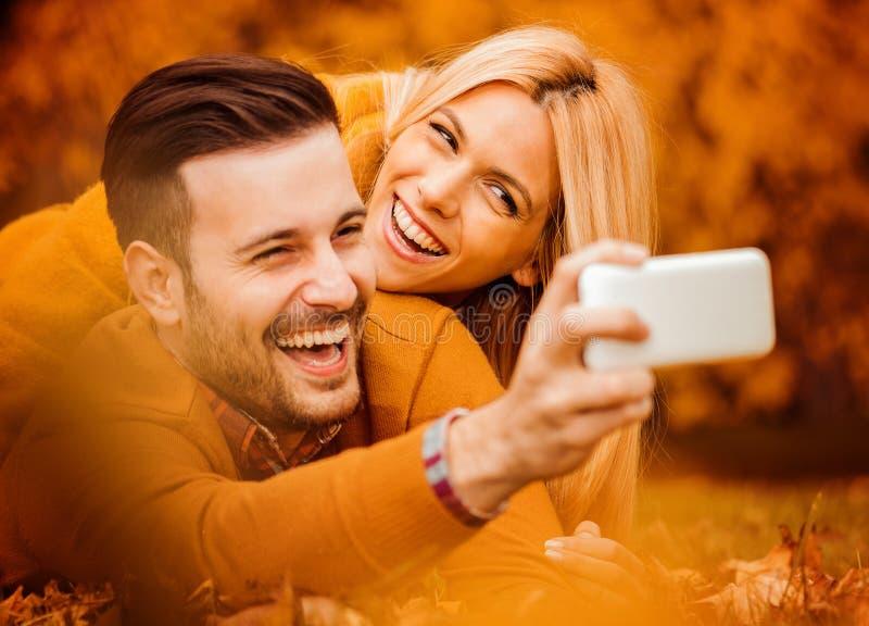 Par som tar selfie royaltyfria foton