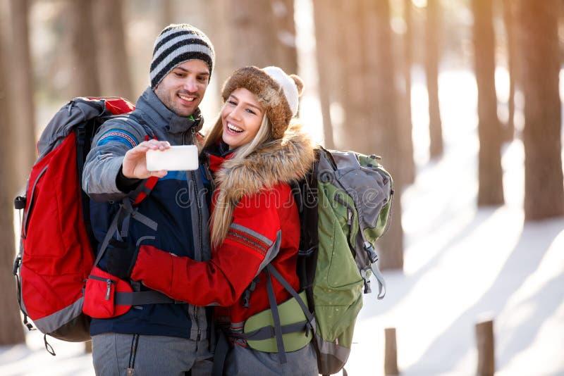 Par som tar selfie i skog royaltyfri bild
