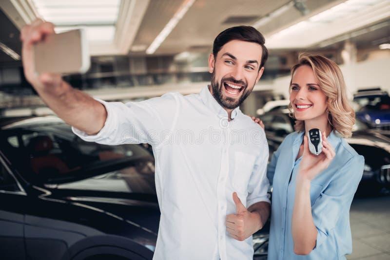Par som tar selfie på smartphonen med tangenter arkivfoton