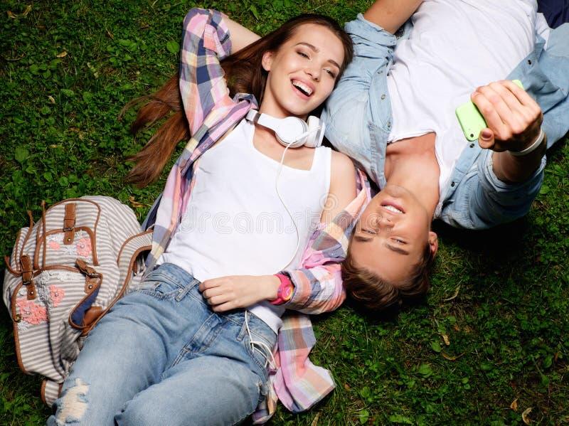 Par som tar selfie som ligger i en parkera arkivfoton