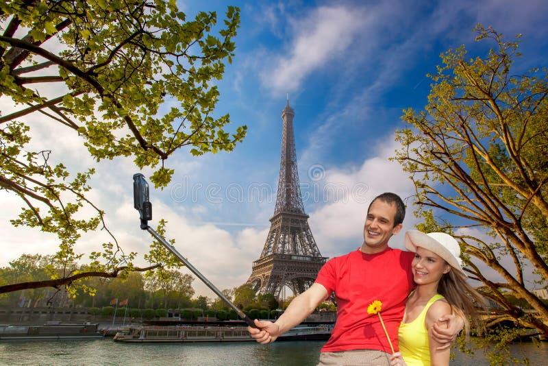 Par som tar Selfie vid Eiffeltorn i Paris, Frankrike royaltyfri foto