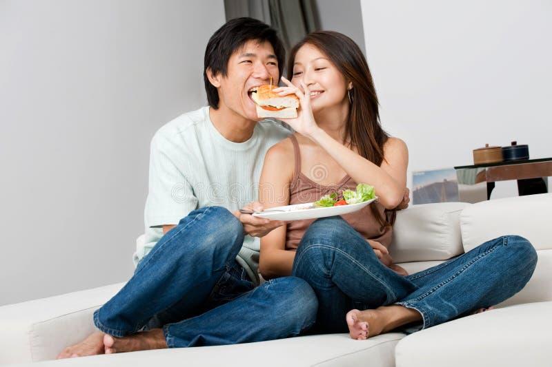 Par som tillsammans äter royaltyfria bilder