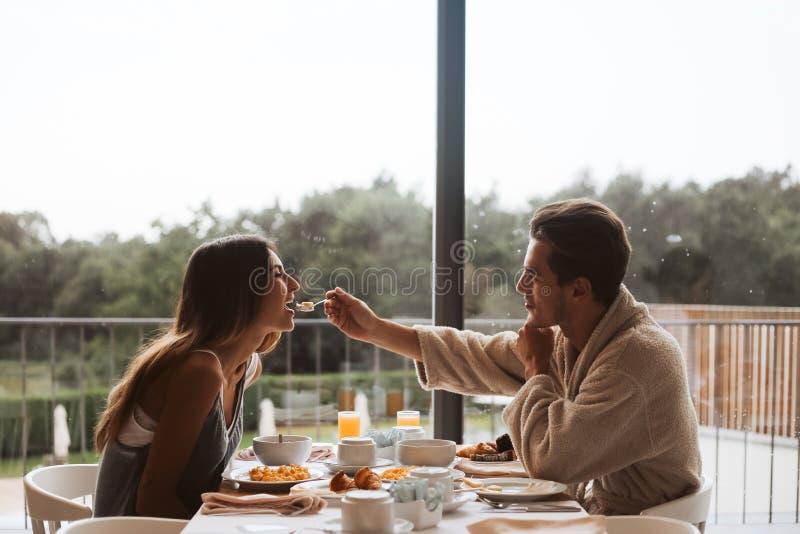 Par som tillsammans äter frukosten royaltyfria foton
