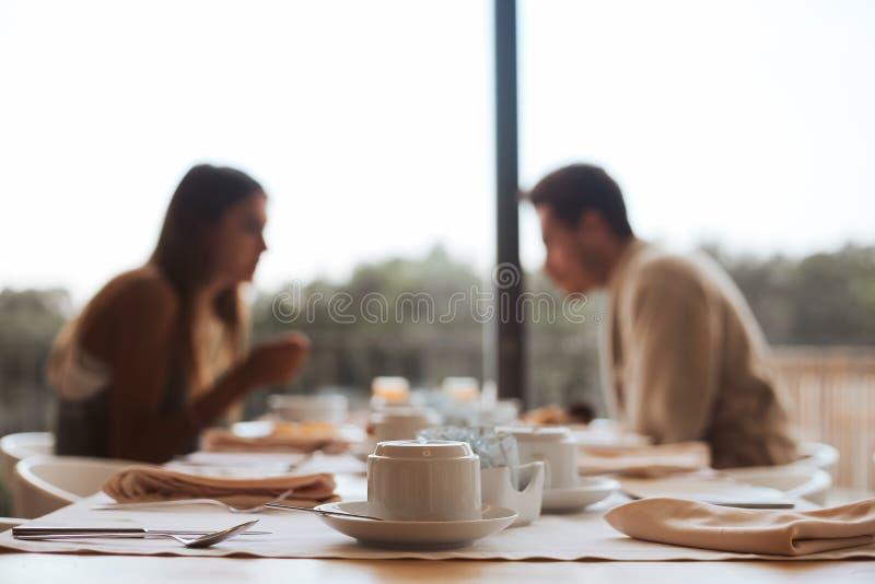 Par som tillsammans äter frukosten royaltyfri bild