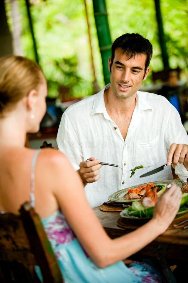 Par som tillsammans äter middag arkivbild