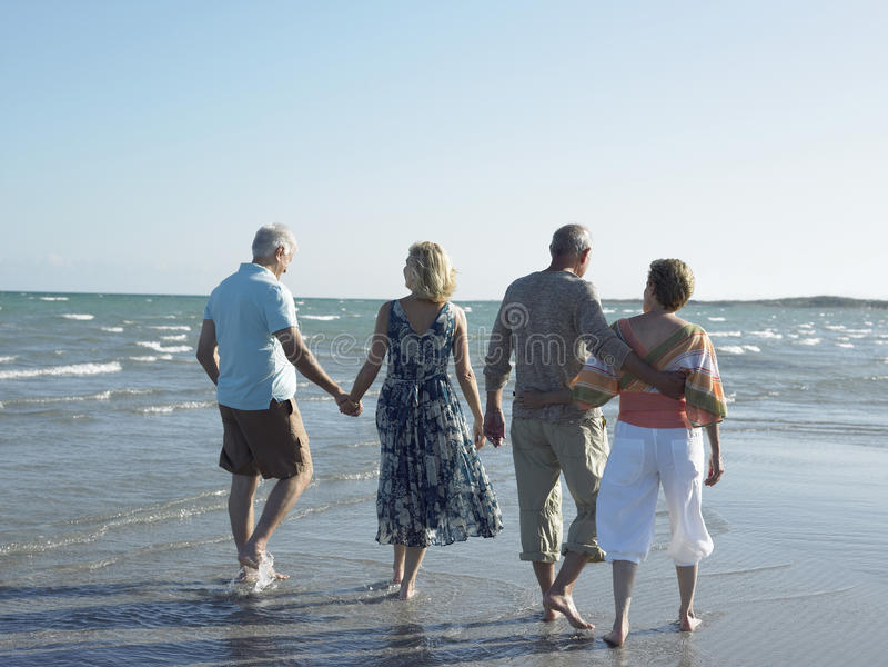 Par som tillsammans går på den tropiska stranden fotografering för bildbyråer