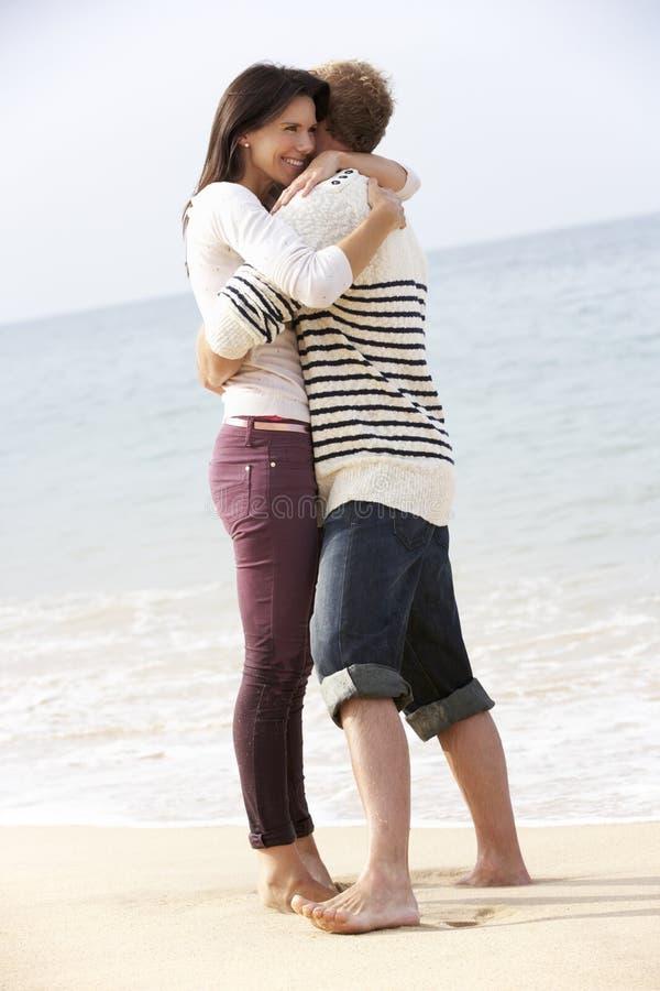 Par som tillsammans promenerar stranden royaltyfria foton