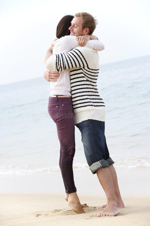 Par som tillsammans promenerar stranden arkivfoto
