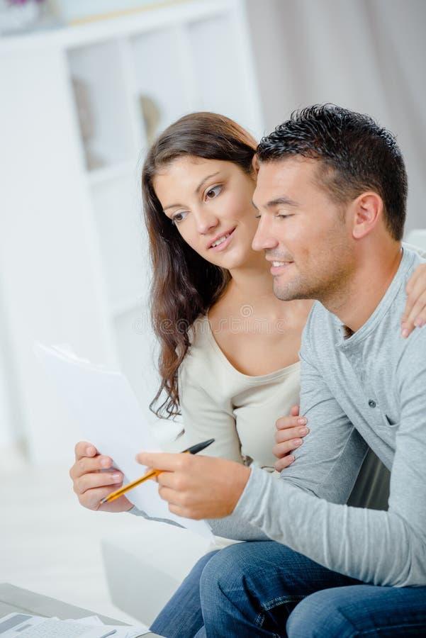 Par som tillsammans ser finanser i inrikesdepartementet royaltyfri foto