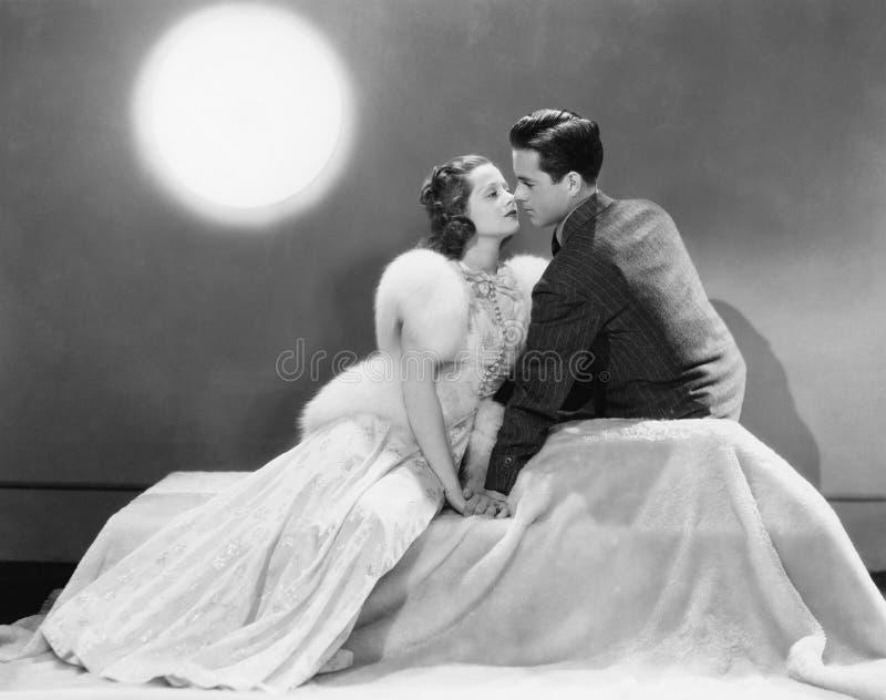 Par som tillsammans sitter förälskat (alla visade personer inte är längre uppehälle, och inget gods finns Leverantörgarantier som arkivbild