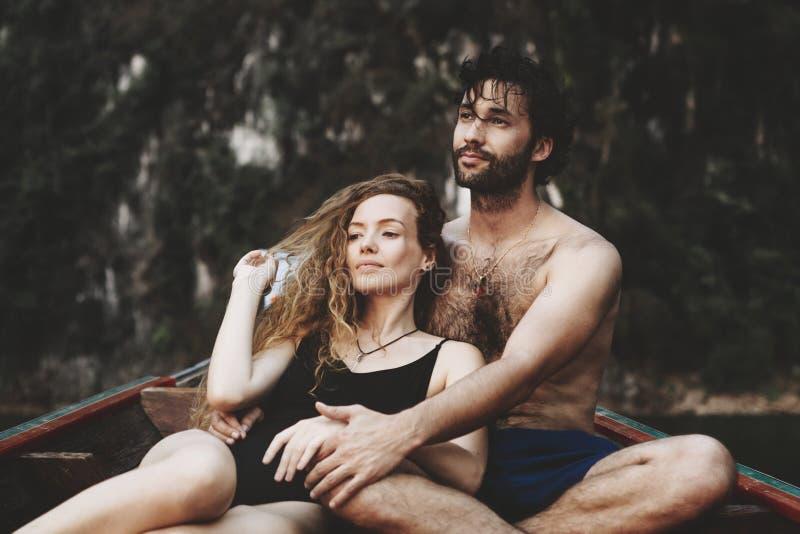 Par som tillsammans spenderar någon romantisk tid fotografering för bildbyråer