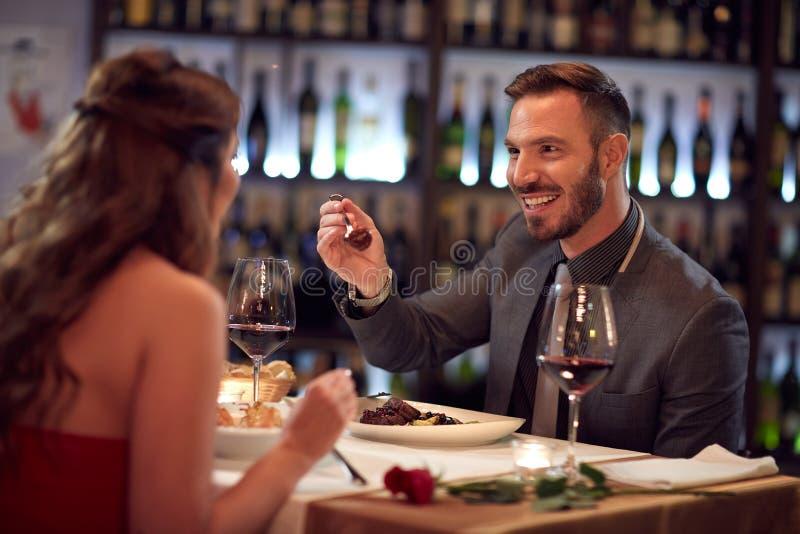 Par som tillsammans tycker om i restaurang arkivbild