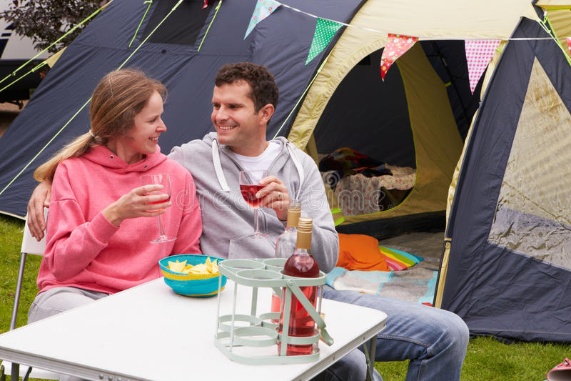 Par som tycker om campa ferie på campingplats royaltyfria bilder