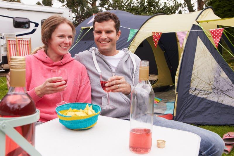 Par som tycker om campa ferie på campingplats royaltyfria foton