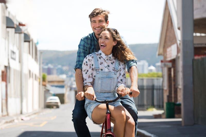 Par som tycker om cykelritt royaltyfri bild