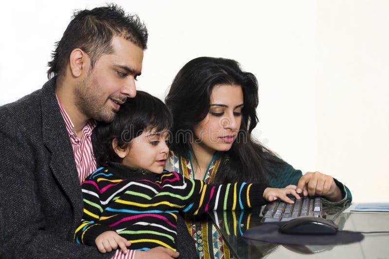 par som tycker om den etniska mång- sonen deras barn royaltyfri bild