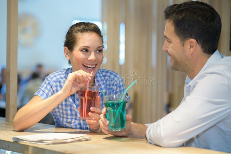 Par som tycker om denalkoholist drinken royaltyfri bild