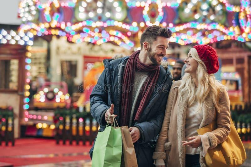 Par som tycker om detaljhandelsreorna royaltyfri foto